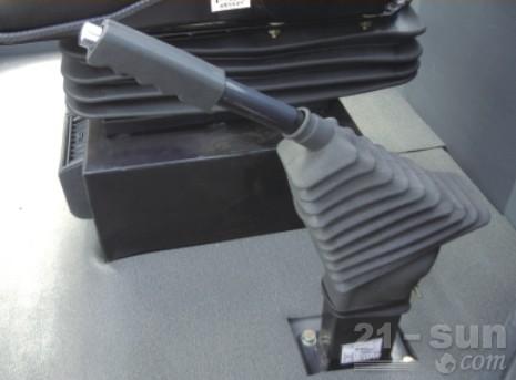 龙工LG833G轮式装载机外观图1