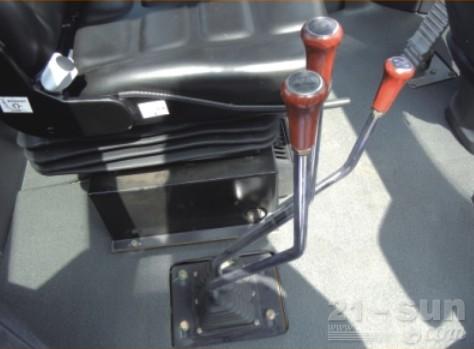 龙工LG833G轮式装载机外观图3