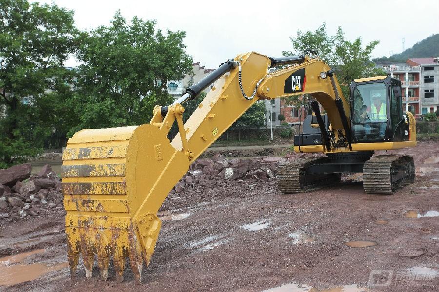 卡特彼勒320D2/D2L挖掘机外观图2