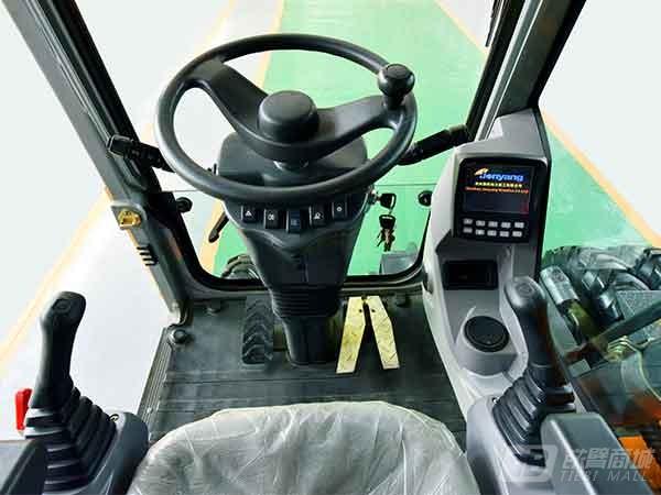 詹阳重工JYL619E轮胎式挖掘机外观图3