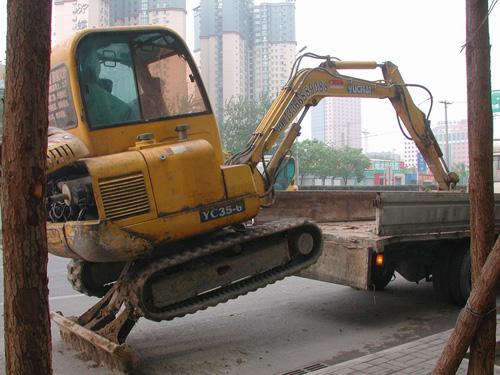玉柴挖掘机怎么上卡车