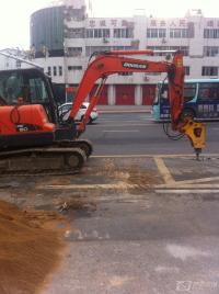 斗山60挖机破碎路面