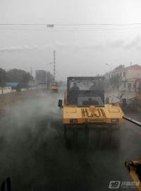 柳工胶轮压路机下雨路面施工