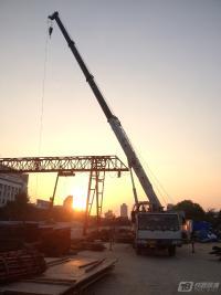 夕阳下的吊车