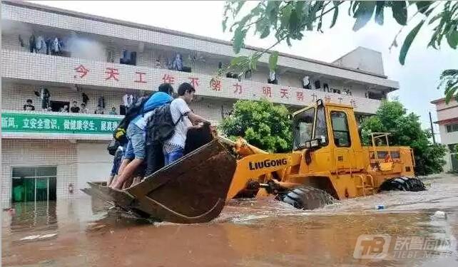 柳工装载机不光路上跑的快,水里游的也很嗨!!