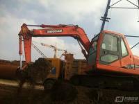 堤边施工的斗山挖机